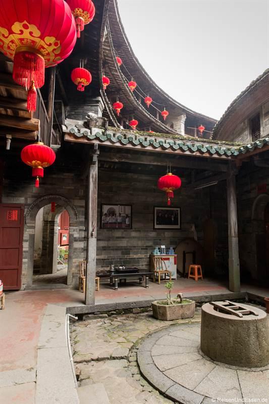 Brunnen im Tulou der Hakka in Zhenchenglou in der Provinz Fujian