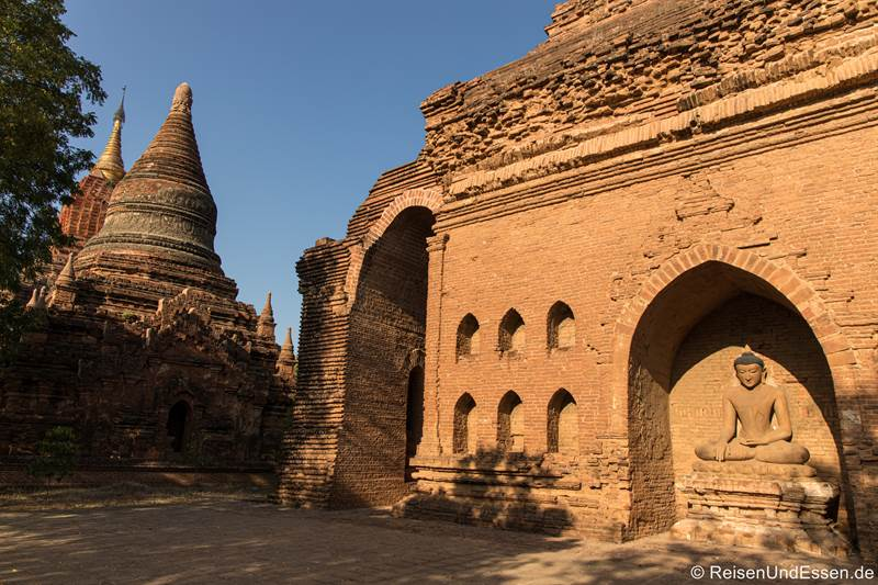 Pagode und Buddhafigur in Bagan
