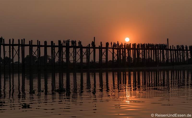 U-Bein-Brücke in Mandalay zum Sonnenuntergang