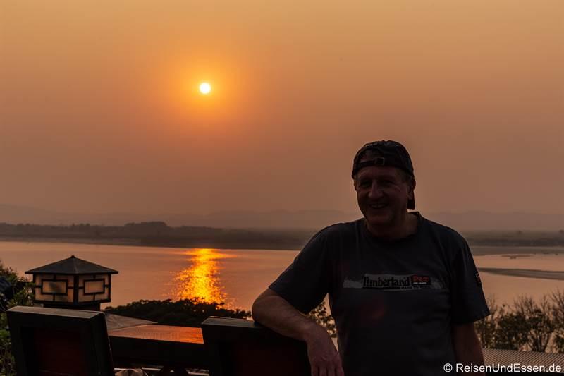 Sonnenuntergang auf der Dachterrasse vom Ayarwaddy River View Hotel