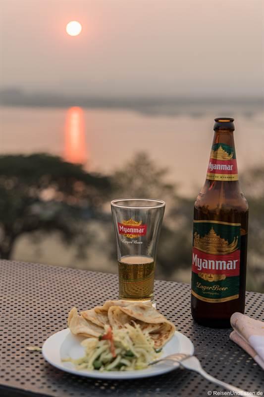 Happy Hour zum Sonnenuntergang auf der Dachterrasse