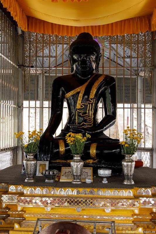 Buddha in der BoeBoe Gyi Pagode beim Aufstieg zum Mandalay Hill