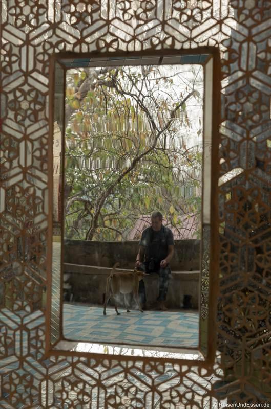 Spiegel in der BoeBoe Gyi Pagode beim Aufstieg zum Mandalay Hill