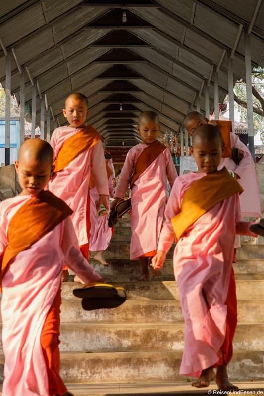 Novizen beim Mandalay Hill