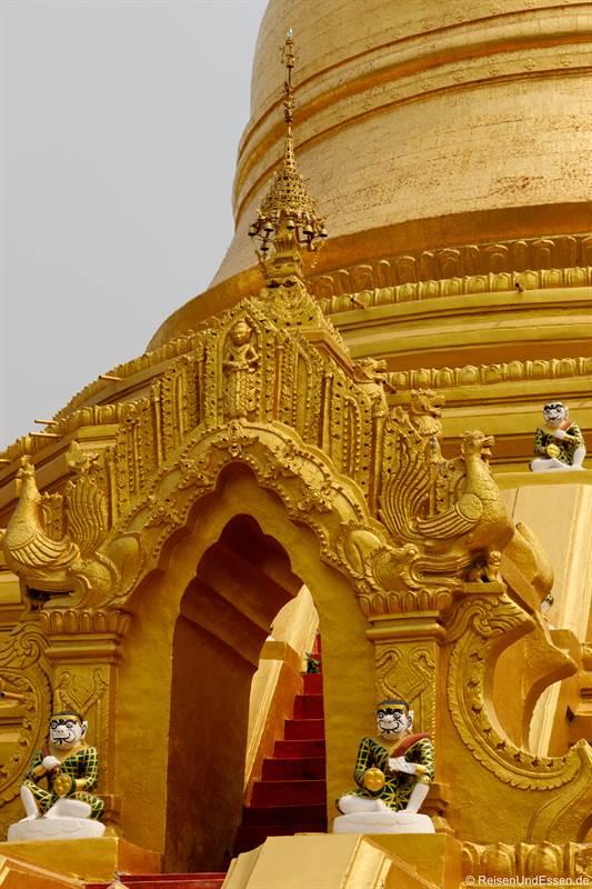 Aufgang zur Maha Lawka Marazein-Pagode in Mandalay
