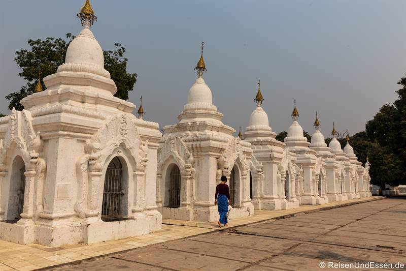 Stupas in der Kuthodaw-Pagode - Sehenswürdigkeiten in Mandalay