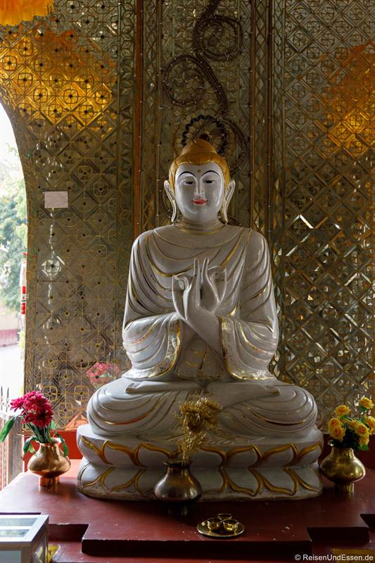 Buddha in der Kyauktawgyi-Pagode in Mandalay