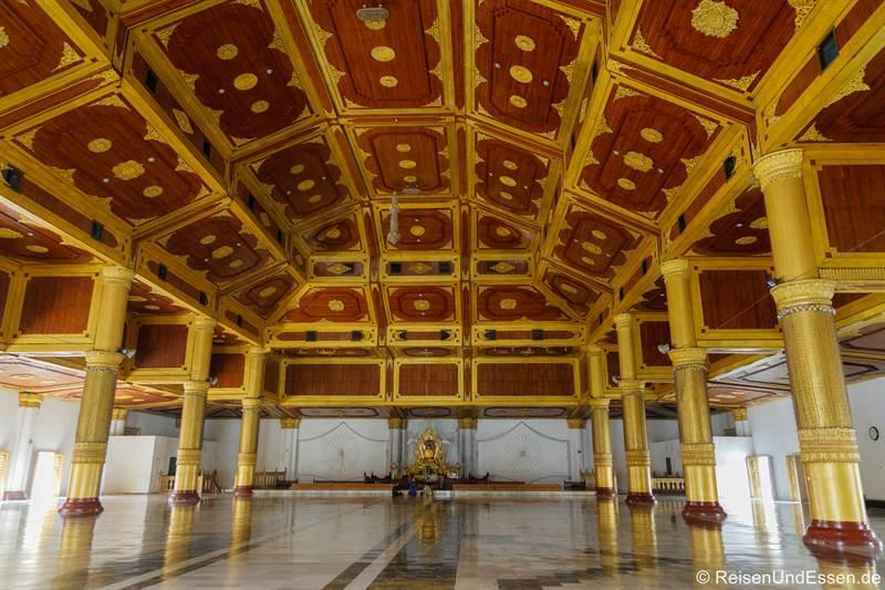 Halle im Atumashi-Kloster in Mandalay