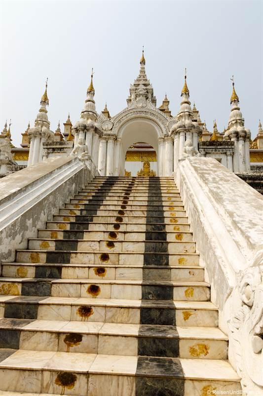 Stufen zum Atumashi-Kloster in Mandalay