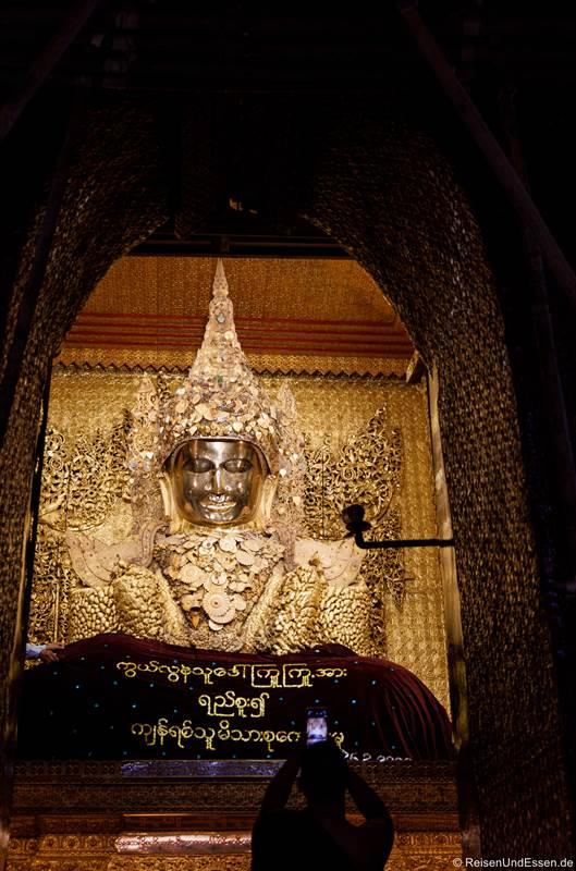 Goldener Buddha in dem Mahamuni Tempel