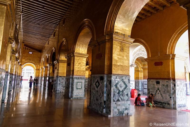Säulenhalle im Mahamuni Buddha Tempel