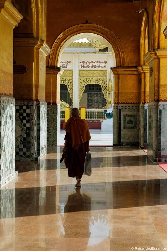 Mönch im Mahamuni Buddha Tempel