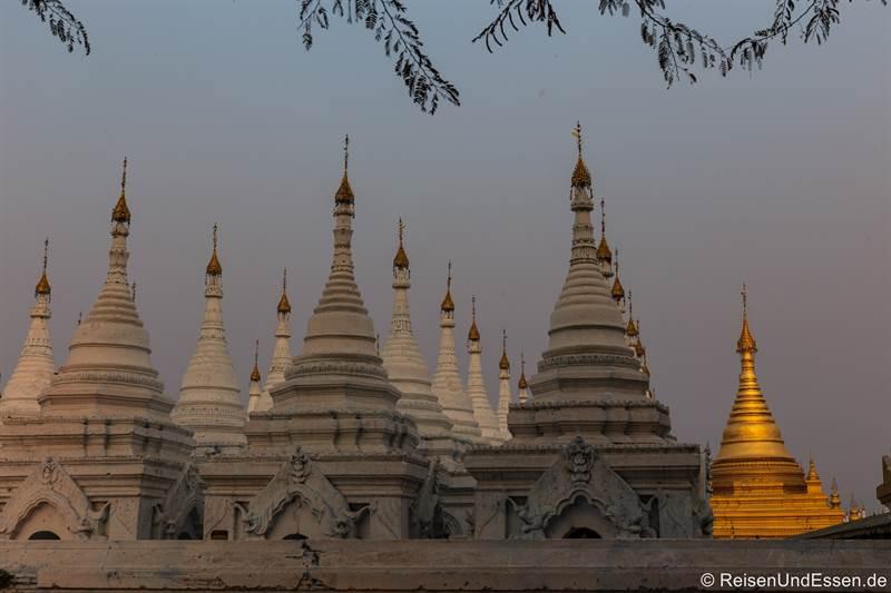 Stupas beim Sonnenuntergang in der Sandamunii-Pagode in Mandalay