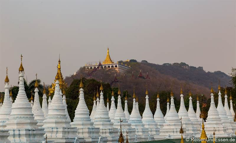 Mandalay Hill und Stupas in der Sandamuni-Pagode in Mandalay