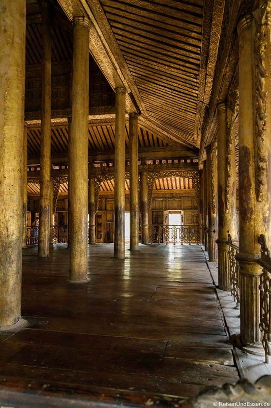Halle im Shwenandaw-Kloster in Mandalay