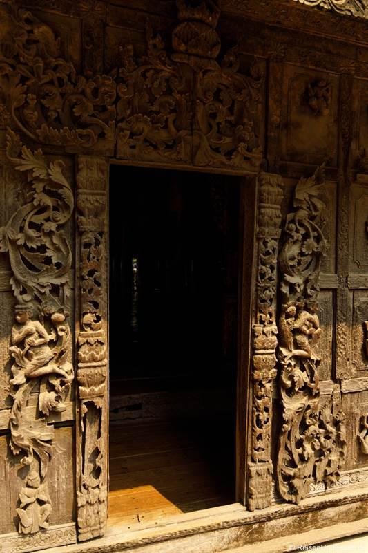 Türe und Holzschnitzereien im Shwenandaw-Kloster in Mandalay