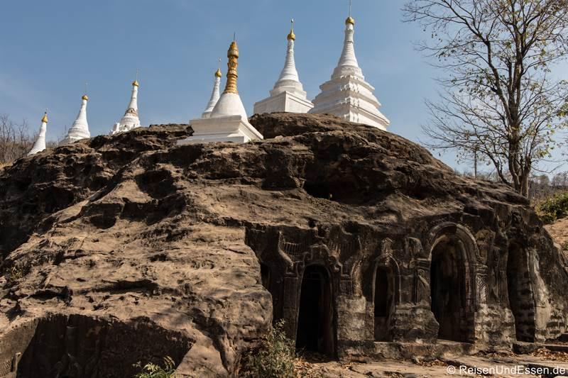 Höhlen mit Buddhafiguren darin in Hpo Win Daung bei Monywa