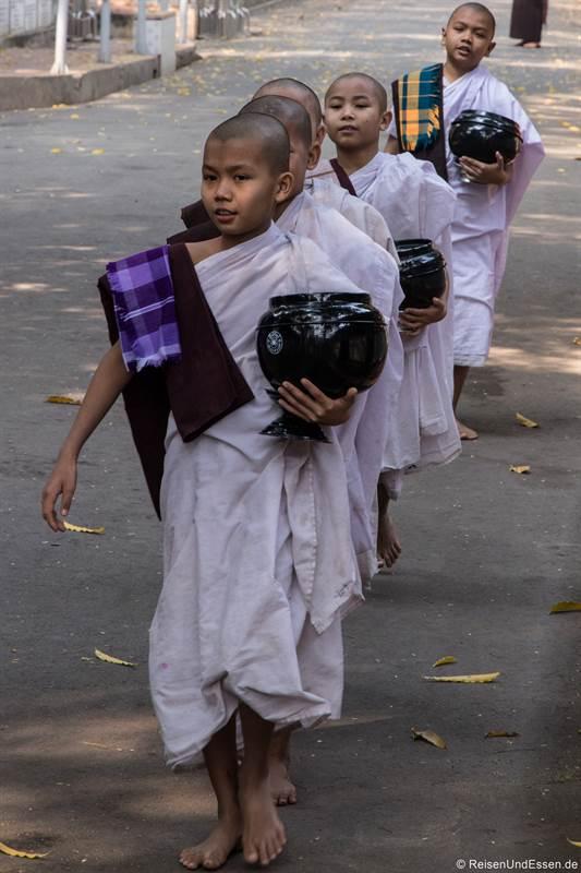 Novizen im Mahagandayon-Kloster in Amarapura