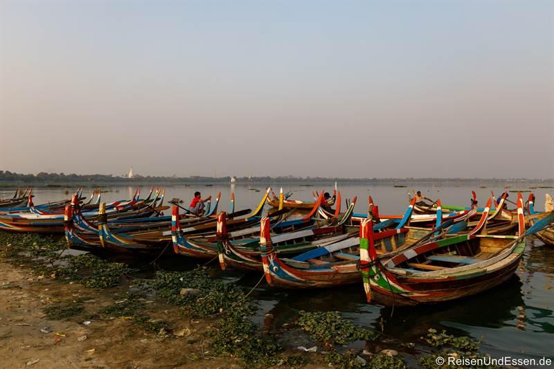 Boote an der U-Bein-Brücke in Amarapura