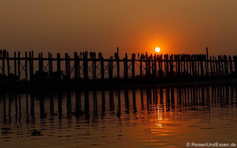 Sonnenuntergang an der U-Bein-Brücke in Amarapura