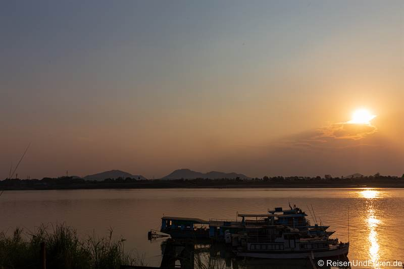Sonnenuntergang am Fluss Chindwin in Monywa