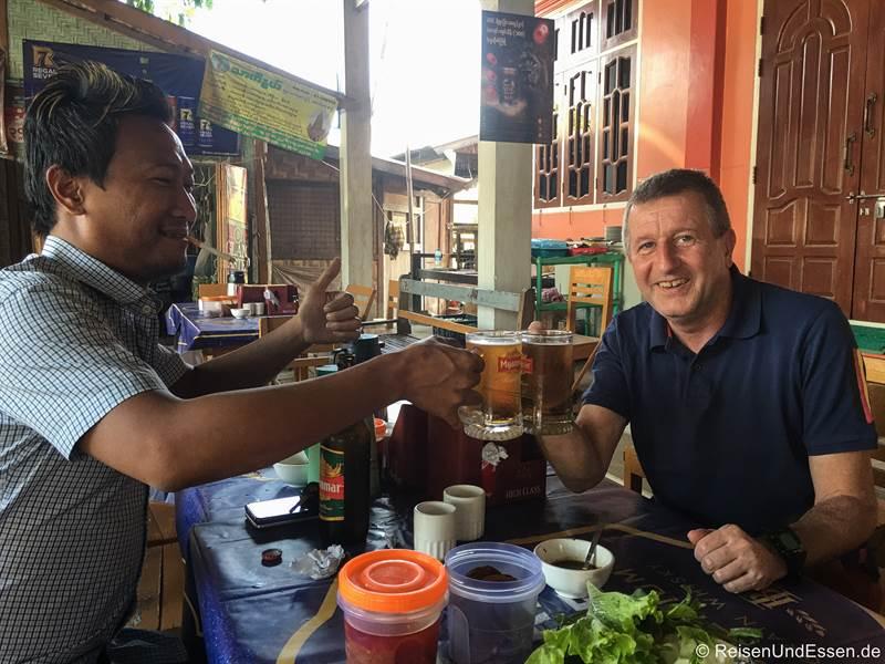 Stopp mit unserem Fahrer Thar Gyi bei der Rückfahrt von Monywa nach Mandalay
