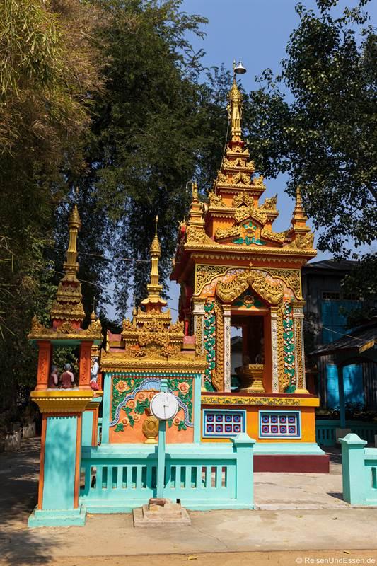 Buddhistischer Altar in der Thanboddhay Pagode in Monywa