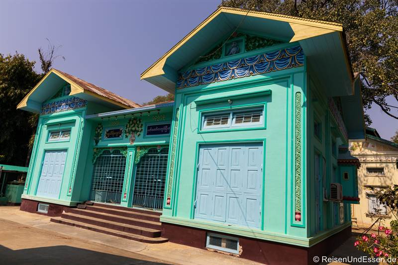 Türkisfarbenes Haus in der Thanboddhay Pagode in Monywa