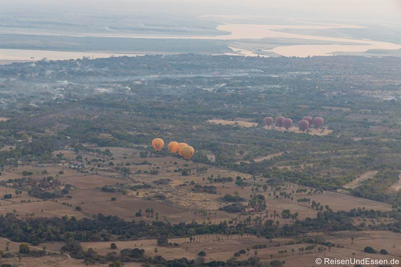 Start weiterer Heissluftballons in Bagan