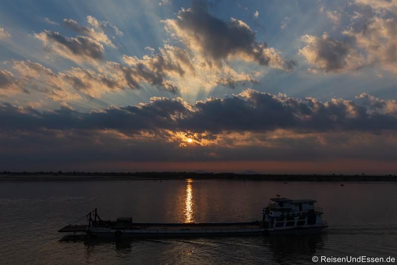 Schiff beim Sonnenaufgang auf dem Irrawaddy in Myanmar