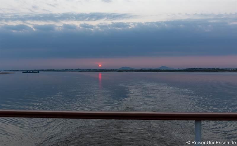 Sonnenaufgang auf dem Irrawaddy in Myanmar