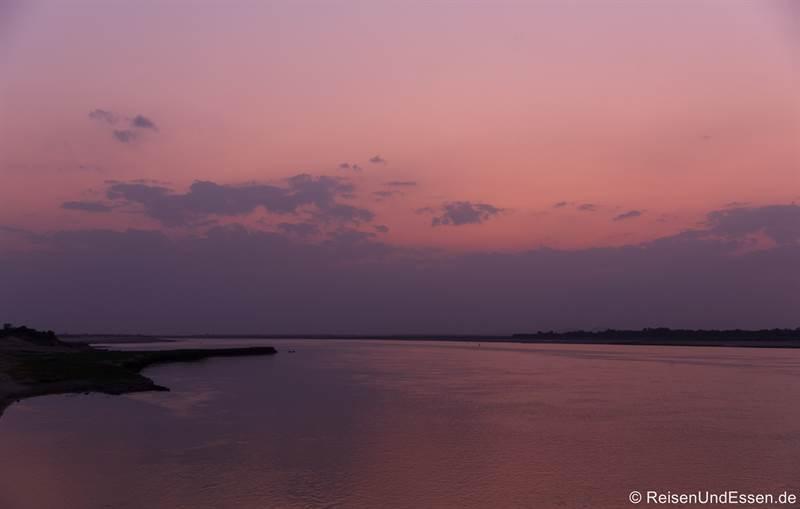 Himmel nach dem Sonnenuntergang auf dem Irrawaddy in Myanmar