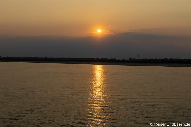 Sonnenuntergang auf dem Irrawaddy in Myanmar