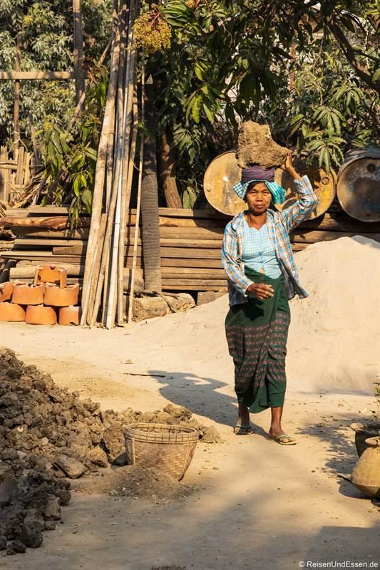 Burmesische Frau in Yandabo mit Lehm