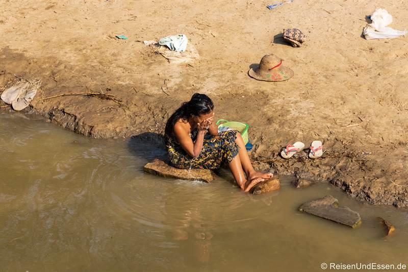 Burmesin aus Yandabo wäscht sich im Fluss