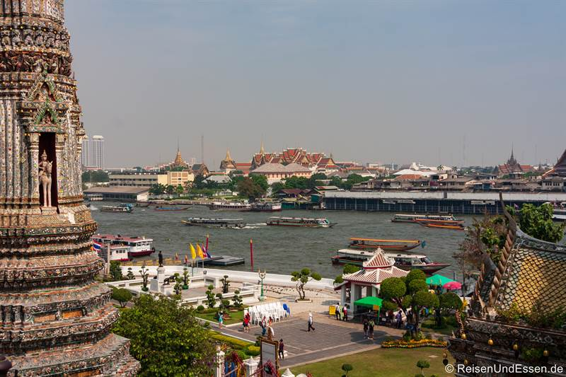 Aussicht vom Wat Arun auf Königspalast und Chao Phraya
