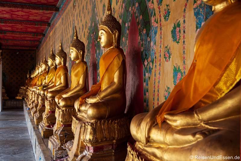 Reihe mit Buddha-Figuren im Wat Arun