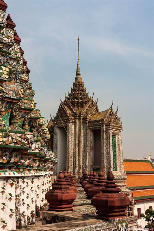 Ebene für Rundgang am Prang vom Wat Arun