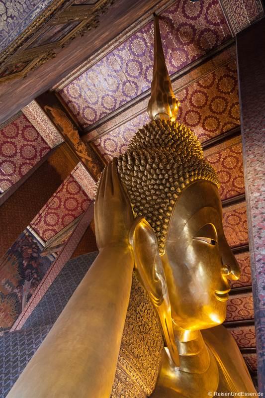 Kopf des liegenden Buddhas im Wat Pho in Bangkok