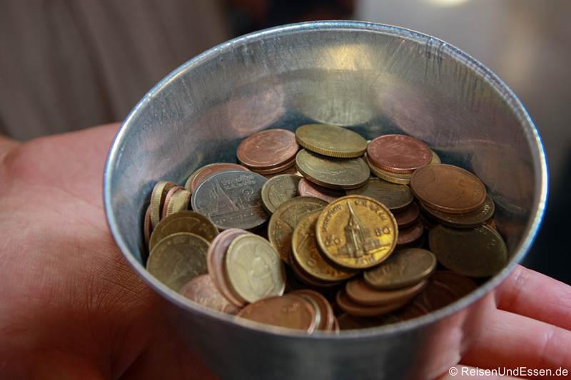 Münzen für die Opferschalen im Wat Pho in Bangkok