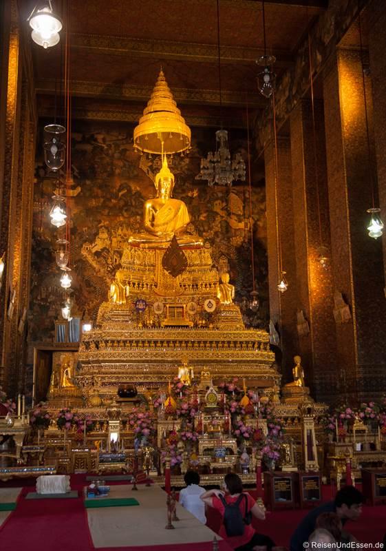 Statue Phra Phuttha Thewapatimakon im Wat Pho