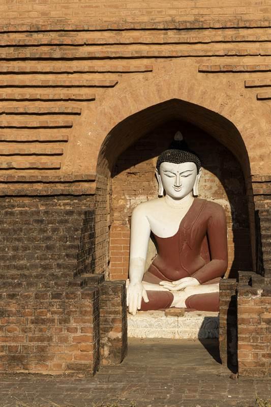 Buddhafigur bei einer Pagode in Old Bagan - Fotoparade 2020