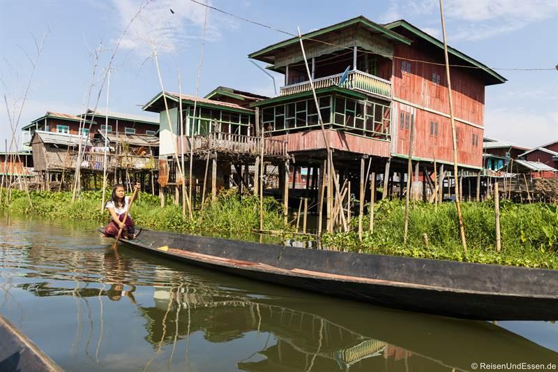Burmesin im Boot auf dem Inle-See
