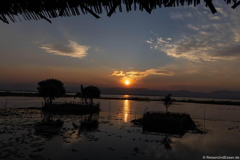 Sonnenuntergang im Golden Island Cottages Thale-U Hotel am Inle-See