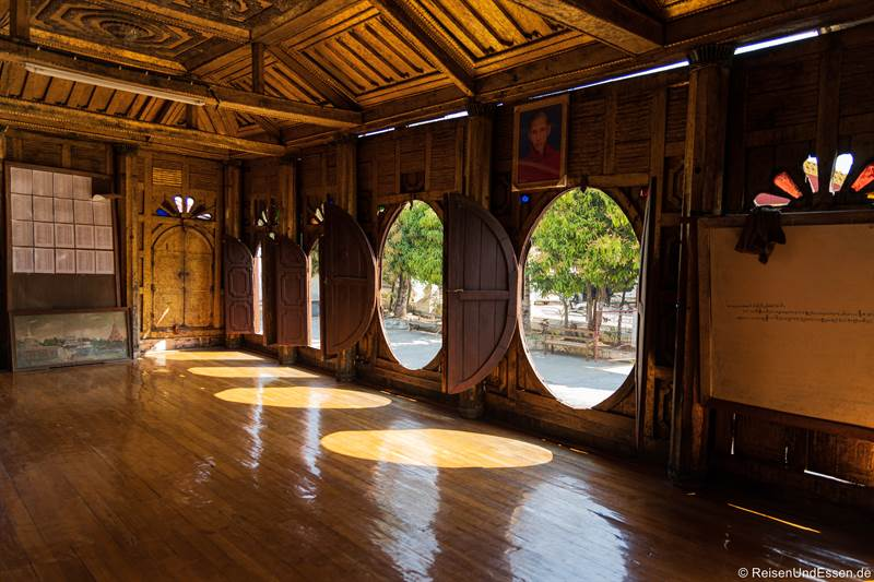 Ovale Fenster im Shwe-Yan-Pyay-Kloster am Inle-See