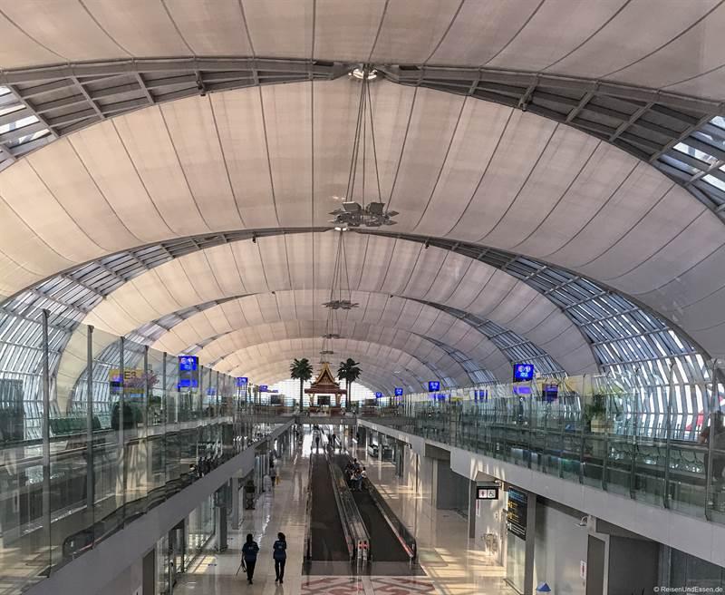 Abflughalle am Suvarnabhumi Flughafen in Bangkok