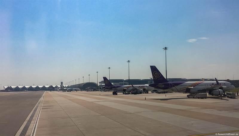 Flugzeuge von Thai auf dem Flughafen Bangkok
