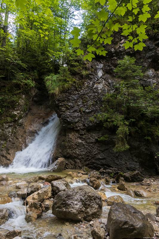 Wasserfall aus dem Fels in der Schleifmühlklamm