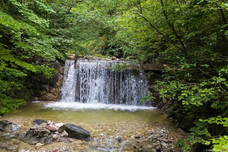 Breiter Wasserfall in der Schleifmühlklamm in Unterammergau