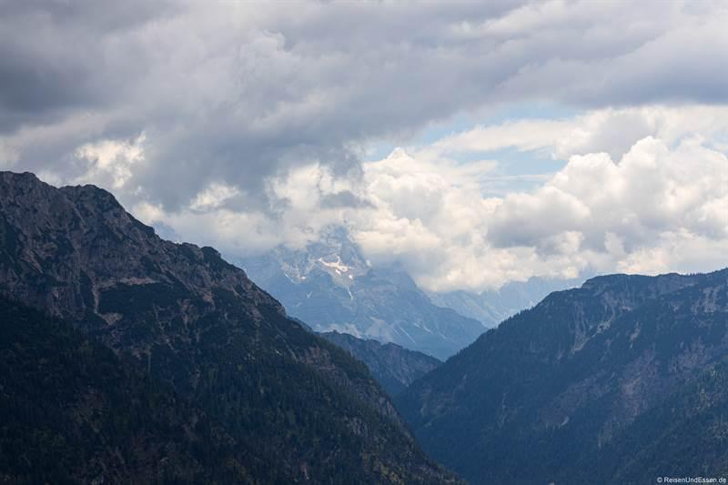 Blick vom Teufelstättkopf auf die Zugspitze in Wolken
